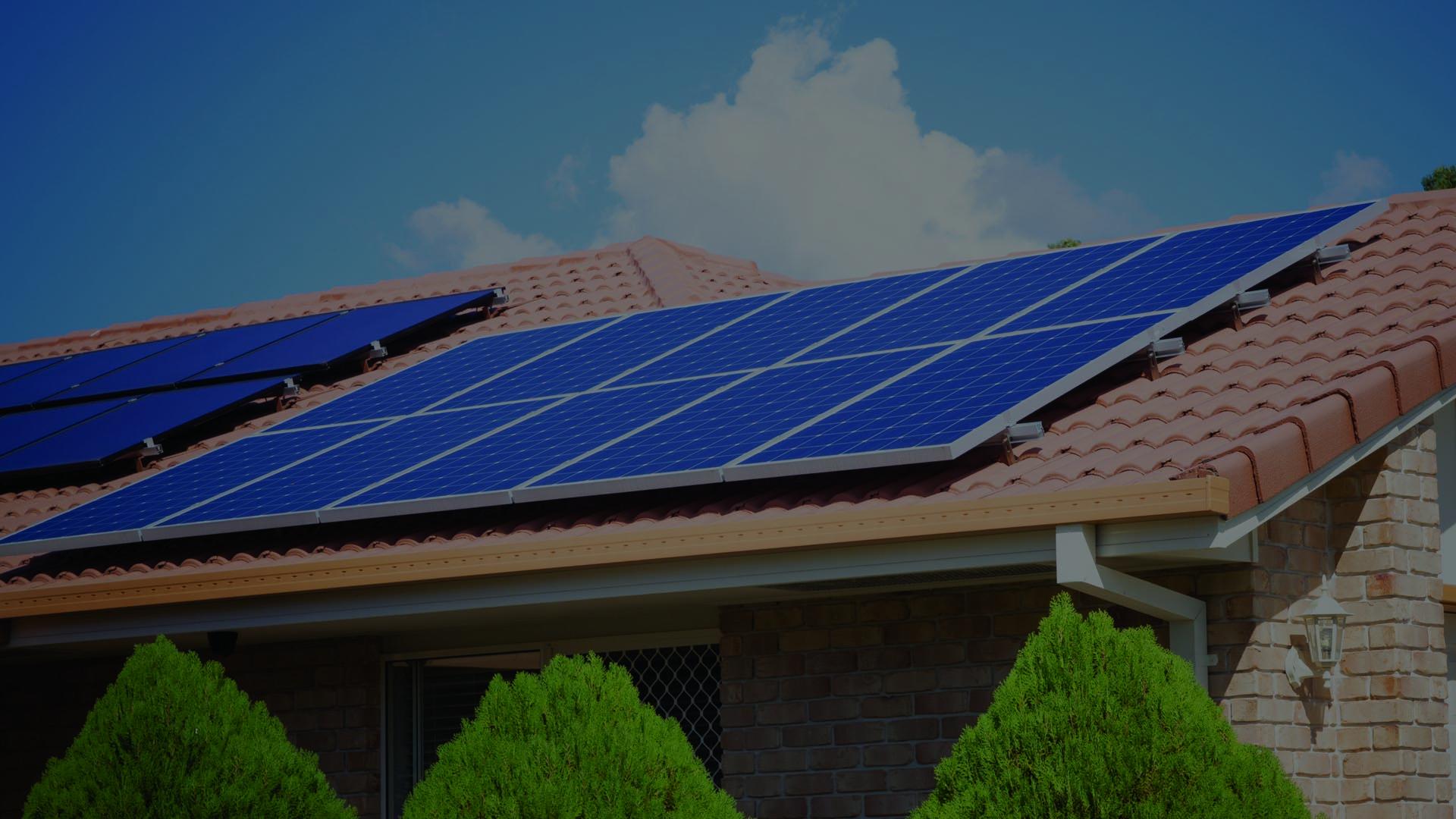 Sončni paneli na strehi za energetsko samooskrbo.